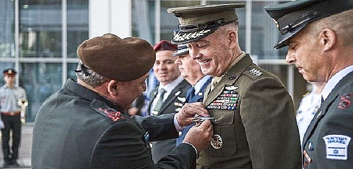 Начальник генштаба ЦАХАЛ Гади Айзенкот награждает своего американского коллегу Джозефа Данфорда почетной медалью