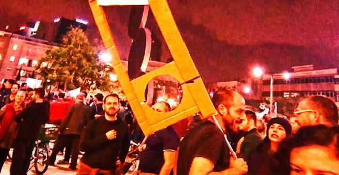 """Муляж гильотины """"для Биби"""". Акция """"протеста против коррупции"""". Тель Авив"""