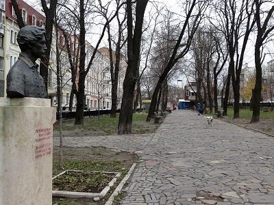 Вот на этом месте (улица Бульварно-Кудрявская), где-то за домами слева, вели в стольный город Жидовские ворота, за которыми стояла древняя синагога.