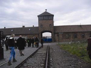 Немецкие школьники на экскурсии в лагере смерти Освенциме