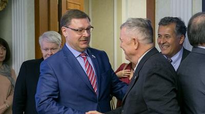 Рорабейкер (справа) благодарит Россию за Сирию