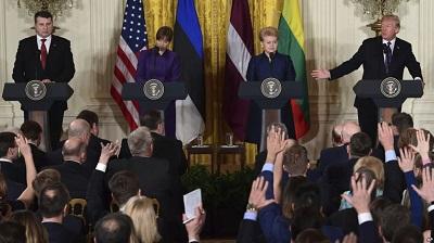 Лидеры стран Балтии (справа налево) Даля Грибаускайте, Керсти Кальюланд и Раймонд Вейонис на аудиенции в Белом доме