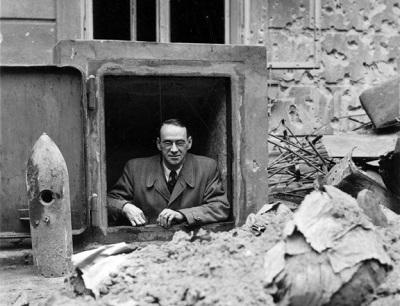 Правообладатель иллюстрации Archiv für Zeitgeschichte, ETH Zurich Image caption. Карл Лутц тоже пережидал наступление Советской армии в подвале консульства Швейцарии