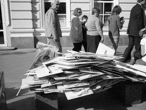 Кощунство. Портреты якобы родственников-фронтовиков, выброшенные участниками акции под названием «Бессмертный полк» в Москве.