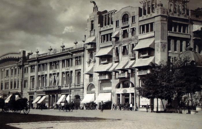 """Отель """"Метрополь"""", в котором жил Эраст Фандорин в Харькове. Слева - банки с еврейским капиталом."""