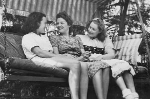 Ольга Чехова c дочерью Адой и племянницей, 1939 г.