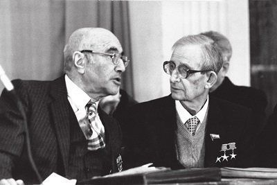 Юлий Харитон (справа) и Яков Зельдович