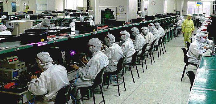Рабочие на линии сборки айфонов