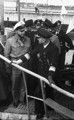 Карл Дёниц и Фриц-Юлиус Лемп на борту U-30. Фото: Wikipedia / Bundesarchiv