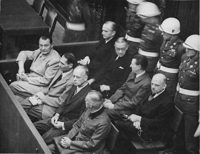 Карл Дёниц на заседании Нюрнбергского трибунала (первый слева во втором ряду). Фото: Wikipedia / Work of the United States Government