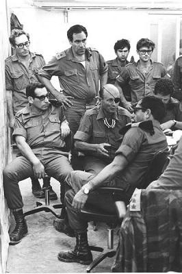 Помощник начальника генштаба Рехавам Зеэви, министр обороны Моше Даян, командующий ЮВО Шмуэль Гонен