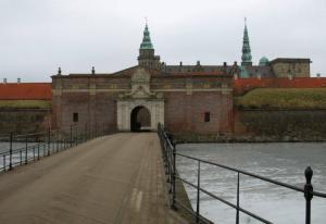 Фото 5. Кронборг. Вид со стороны пролива, за ним — шведский Хелсингборг.