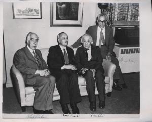 Фото2. Нильс Бор встретился в Принстоне с А. Эйнштейном и другими выдающимися физиками, лауреатами Нобелевской премии Джеймсом Франком и Исидором Раби в Принстоне.