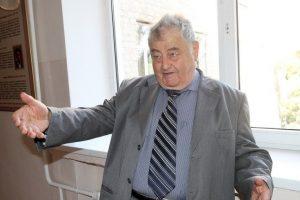 Ефим Борисович Якир, народный учитель Киргизстана, создатель и многолетний педагогический руководитель средней специальной математической школы № 61 города Фрунзе (Бишкека), носящей ныне его имя