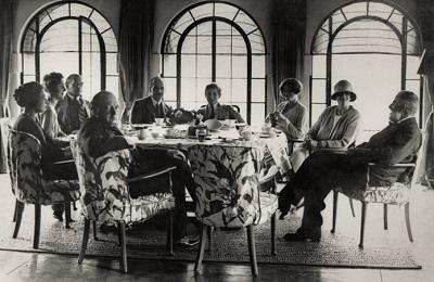 Черчилль с семьей и гостями в Чартвелле. Источник: awritersden.wordpress.com