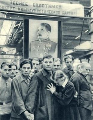 Рабочие завода «Динамо» слушают сообщение о смерти Иосифа Сталина. Фотография из архива автора