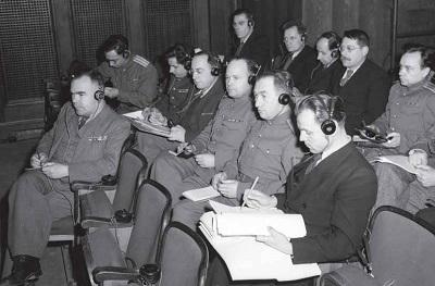 Нюрнбергский процесс. Художник за работой. Во втором ряду четвертый справа — Борис Ефимов. Фото: История пропаганды