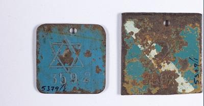 Металлические бирки арестанта из лагеря Хасаг Пелцери. Коллекция артефактов, «Яд Вашем»