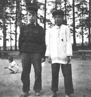 Виктор Пивоваров (в белой рубашке) и Игорь Коган в театральных костюмах. Фото 12-летнего автора