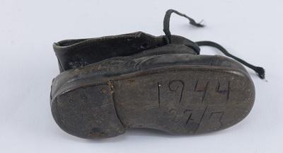 Детский ботинок Хинды Коэн. Коллекция артефактов, «Яд Вашем». Предоставлено Пниной Элиаху, Гиват-Шмуэль, Израиль.