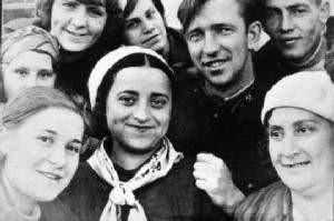 Мара-Гита Баршай (в центре), работница Киевского вагоноремонтного завода (Канев, 1936 г.)