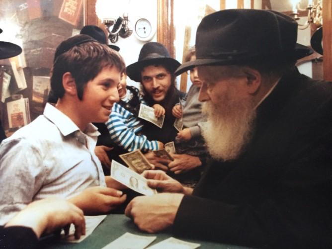 Будущий раввин Киргизии Арье Райхман во время встречи с Любавическим Ребе в Нью-Йорке (90-е годы прошлого столетия)