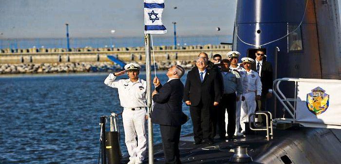 ПМ Б.Нетаниягу, президент Р.Ривлин и министр обороны М.Яалон поднимают флаг на подводной лодке, закупленной в Германии. 2016
