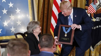 Президент Трамп вручает Медаль Почета вдове первого (старшего) лейтенанта Гарлина Мерла Коннера, Паулине