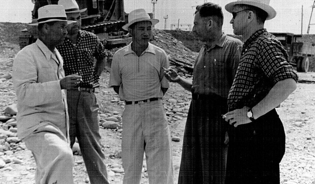 Г.Арамбицкий (второй справа) на строительстве Уч-Курганской ГЭС (конец 50-х годов ХХ века)