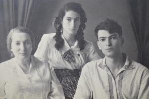 Нина (Инна) и Юрий Луканцеверы с мамой Любовь Абрамовной (город Фрунзе, 50-е годы ХХ века)