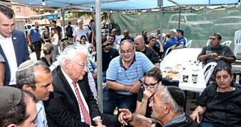 Дэвид Фридман при посещении находящейся в траурной шиве семьи убитого арабами поселенца