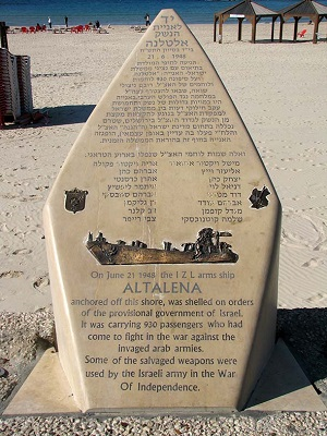 Памятник «Альталене», расположенный на песке пляжа Тель Авива, напротив места, где происходило сражение. Фото «Лехаим»