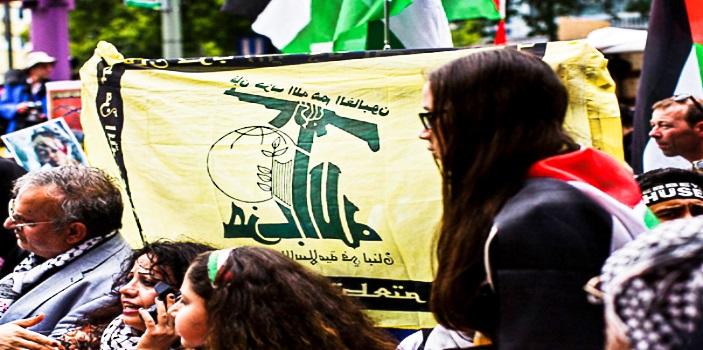 Участники антиизраильского «парада Аль-Кудс» размахивают флагом террористической группировки «Хизбалла» в Берлине. (Фото Карстена Коалла / Getty Images)