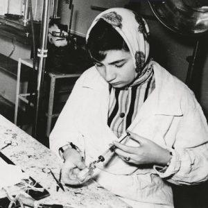 Окончив биофак МГУ, работала хирургическим лаборантом