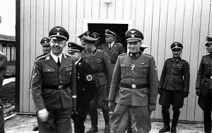 На переднем плане слева Гиммлер