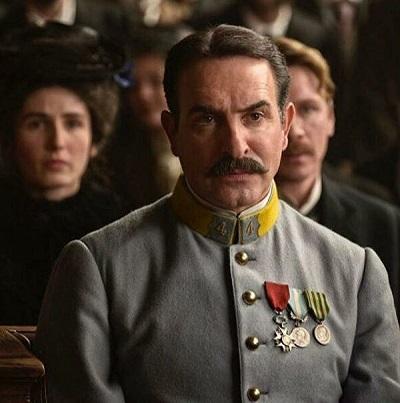 Капитан Альфред Дрейфус (Луи Гаррель) с позором лишен звания