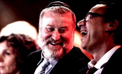 Юридический советник правительства Авихай Мандельблит (в центре) и генпрокурор Шай Ницан (справа)
