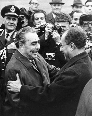 Леонид Ильич Брежнев (1906 — 1982), генеральный секретарь Коммунистической партии СССР, приветствует нового президента Египта Анвара ас-Садата (1918 — 1981), Москва, 1971 год. Фото: Getty Images