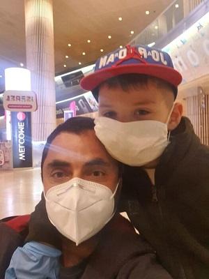 Отец и сын на карантине. Фото: cdn.echo.msk.ru