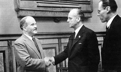 В. Молотов и И. фон Риббентроп пожимают руки после подписания пакта о ненападении