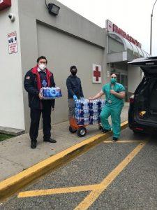 Передача медикам Кони-Айленд госпиталя 280 бутылок воды