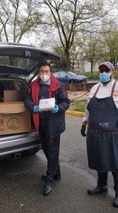 В момент передачи 500 наборов еды сотрудникам Кони-Айленд госпиталя