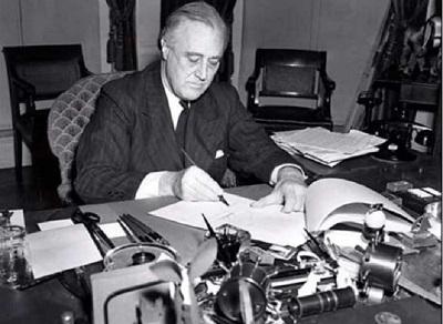 Президент США Франклин Д.Рузвельт подписывает закон о ленд-лизе (1941)