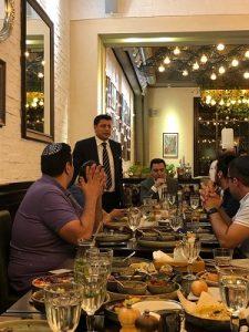 Герман Захарьяев приветствует в Баку молодых людей из Нью-Йорка. Справа от него — Давид Мордехаев, Генеральный редактор мегахолдинга СТМЭГИ. Эта поездка кавказской молодёжи «Бейт Джууро» стала результатом содружества российской организации СМАГИ и американской RAJE