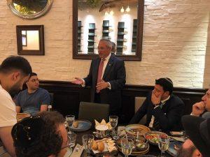 Пол Пакер, помощник президента Дональда Трампа по вопросам еврейского наследия, выступает в Баку перед группой молодых горских евреев из Нью-Йорка