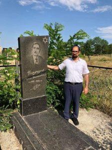 Раввин Эфраим Ильягуев у могилы своего дедушки