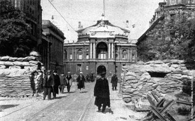 Баррикады на углу Ришельевской и Дерибасовской, вид на театр, лето 1941 г.