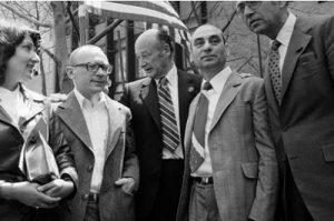В центре — мэр Нью-Йорка Эд Коч. Слева от него Кузнецов с женой Сильвой Залмансон