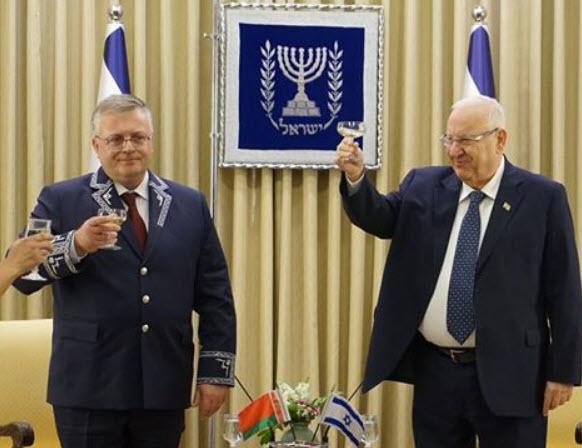 Посол Беларуси Евгений Воробьёв с президентом Израиля Реувеном Ривлиным. Фото: сайт посольства РБ в Израиле.