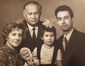 Семейное фото Дедушка Ефим Рохваргер папа Анатолий мама Зинаида и маленькая дочка Августина ( Тина)